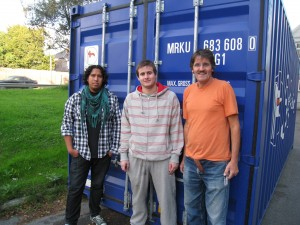 David, Andres og Carlos ved fullpakket container