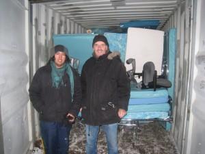 David og Carlos foran full container