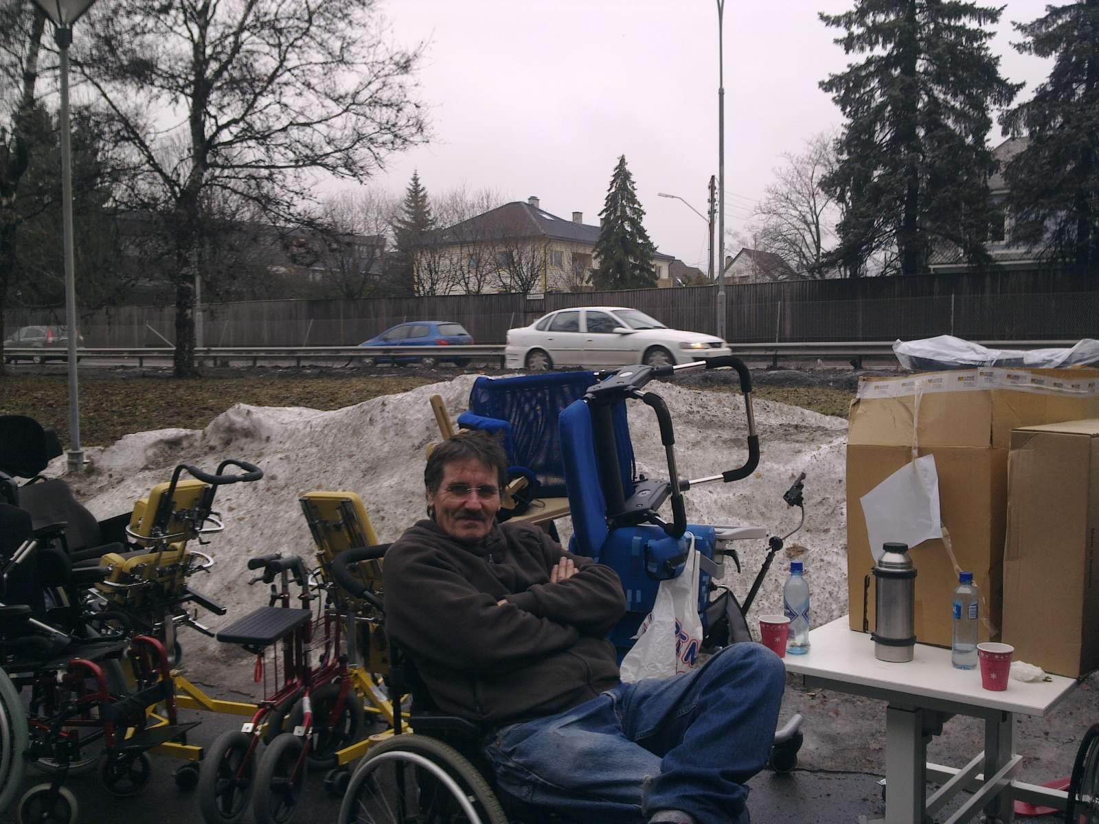 Kaffepause midt mellom biltrafikk, snø og rullestoler