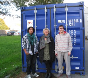 David, Marianne og Andres foran forseglet container