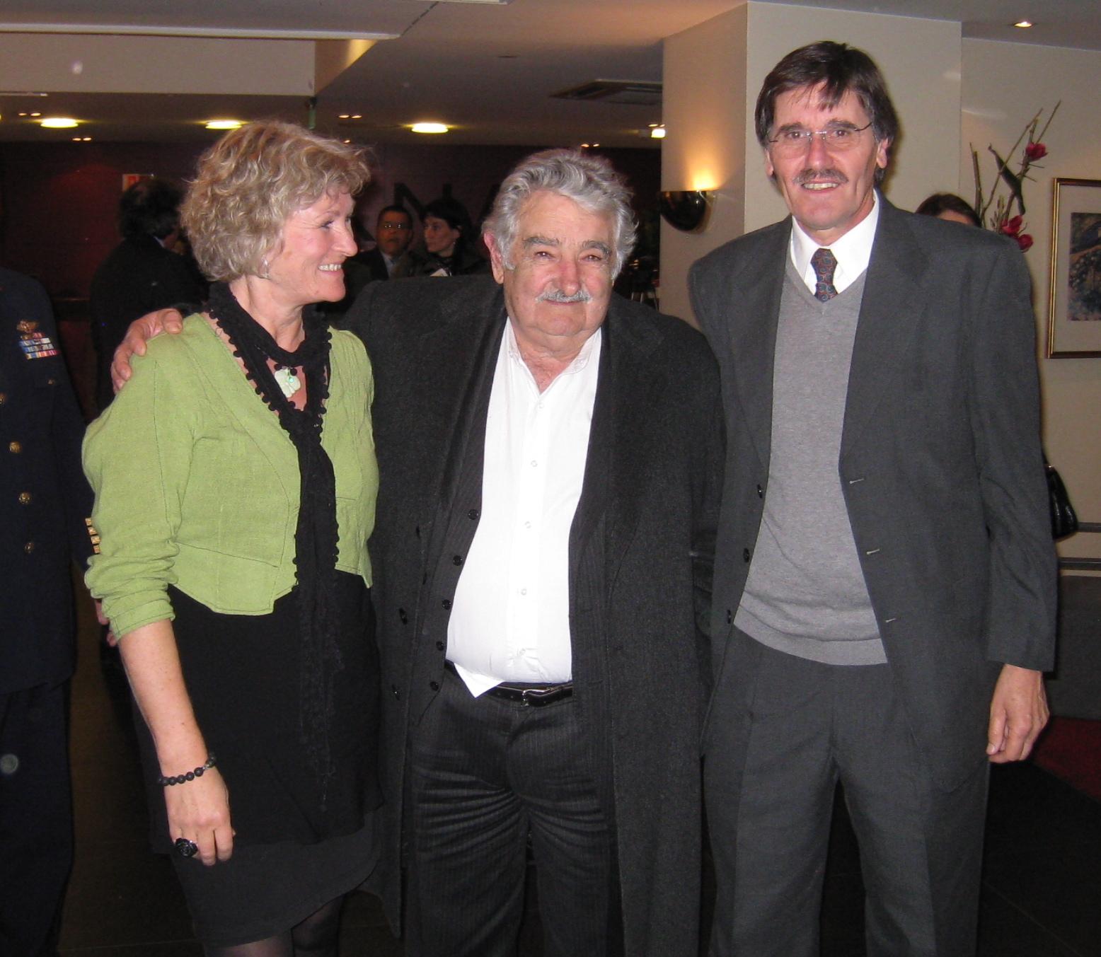 President José Mujica mellom Marianne Irgens Hagen og Carlos Caballero