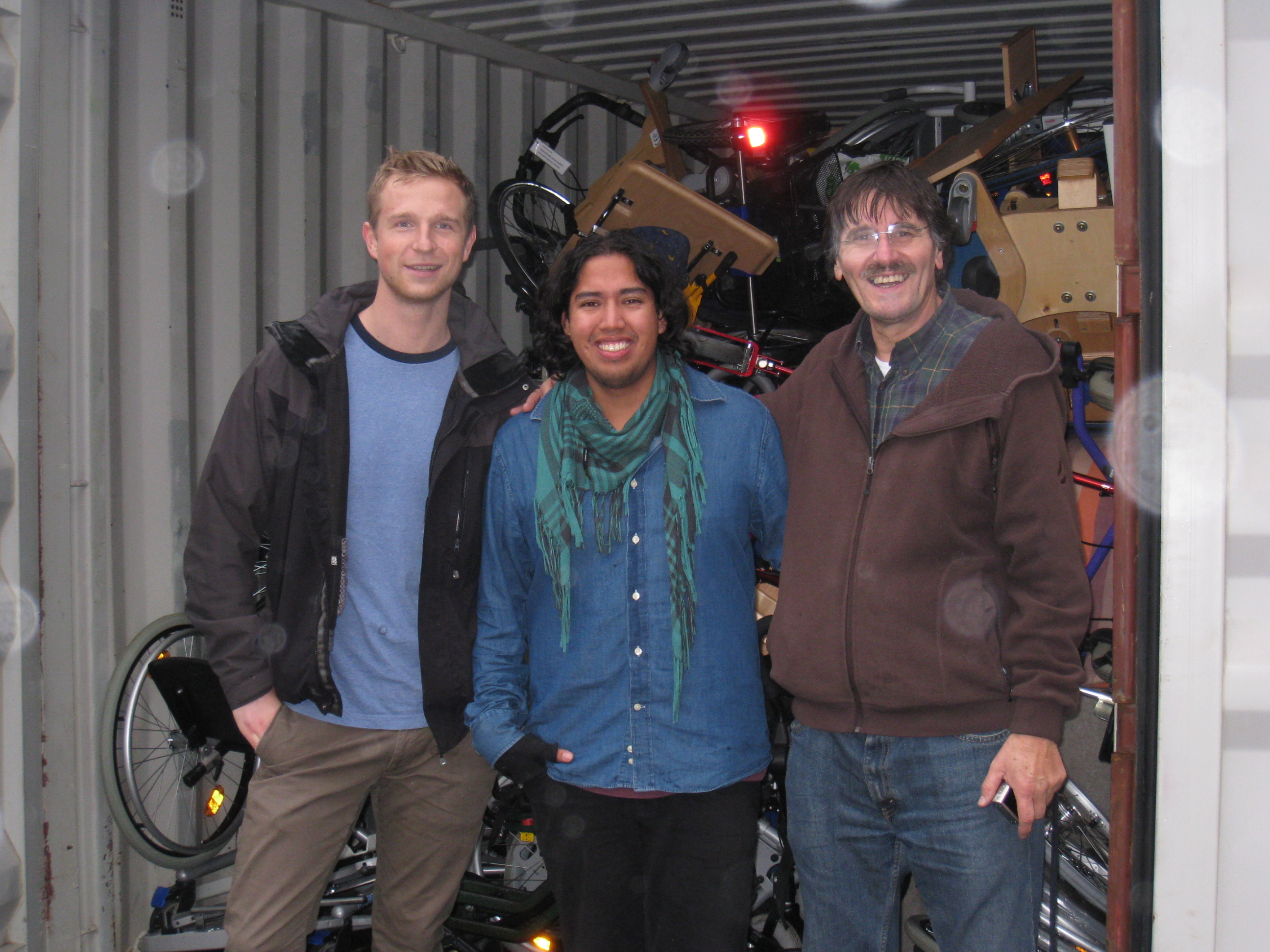 Tom Daniel, David og Carlos foran full container