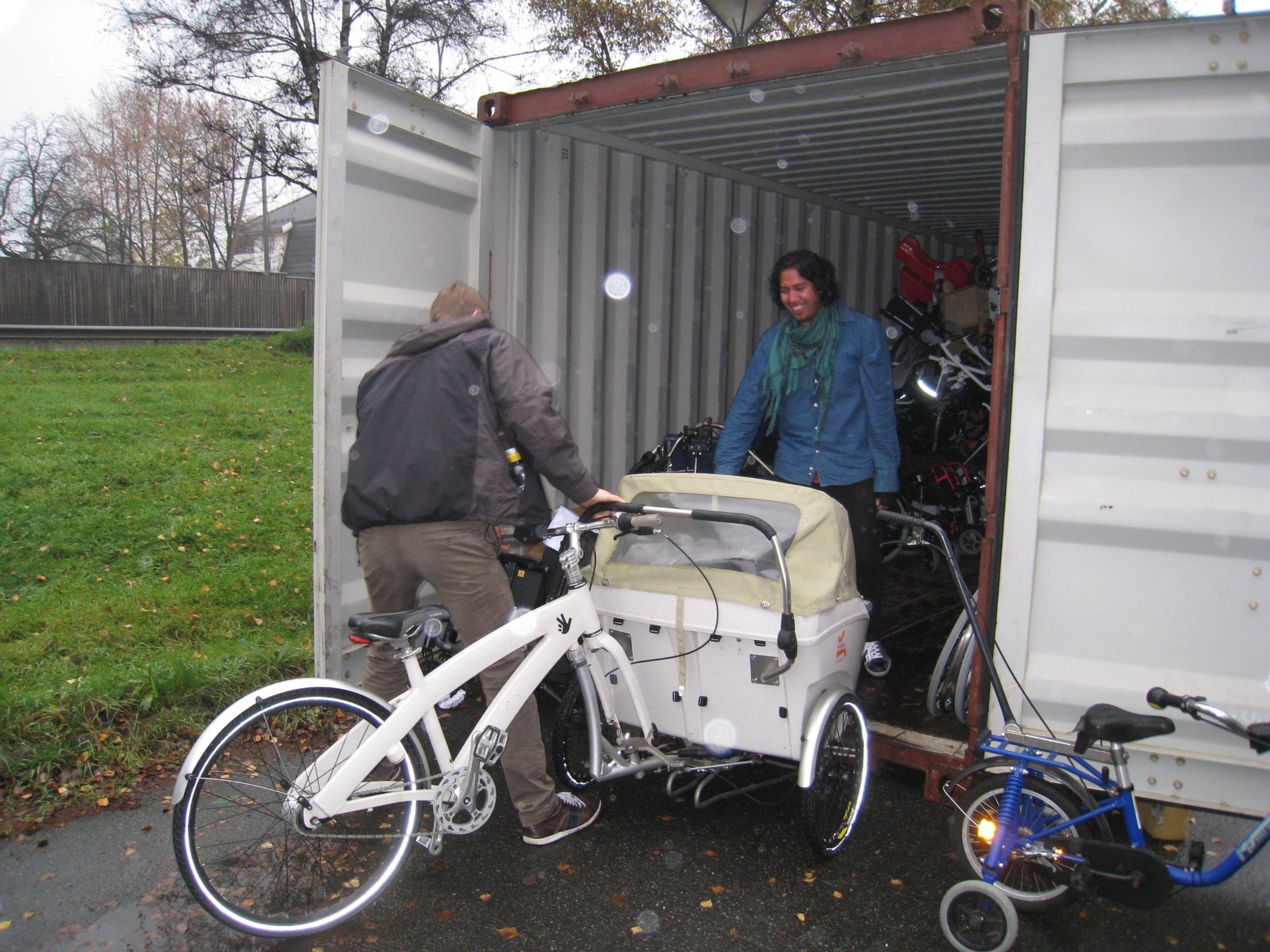Tom Daniel og David fyller opp container nr 55