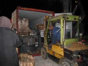 Bjarne fyller containeren med utstyr