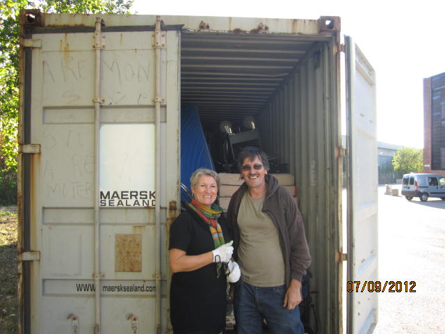 Marianne og Carlos foran container nr 59