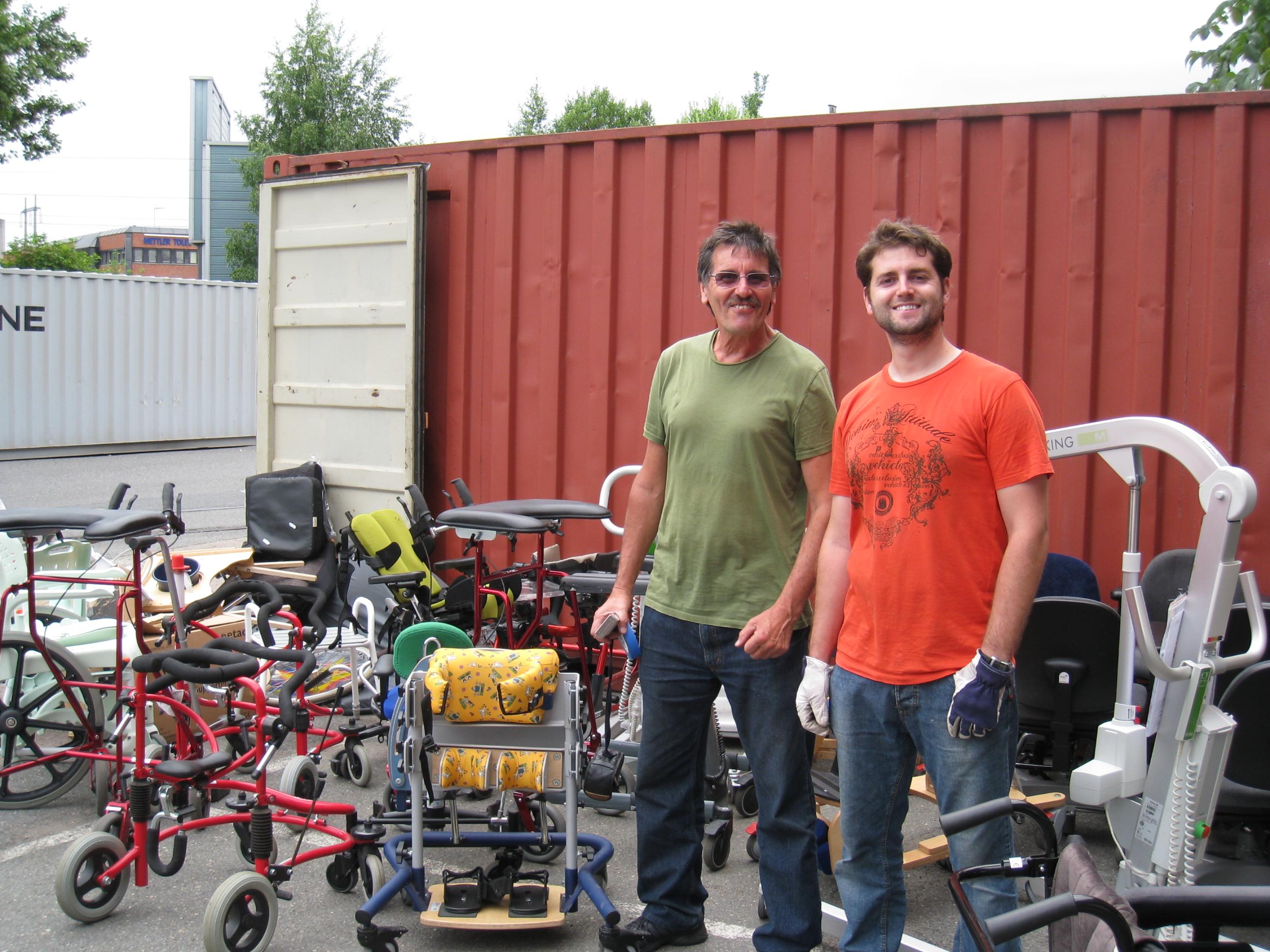 Carlos og Daniel med utstyr til container nr 58