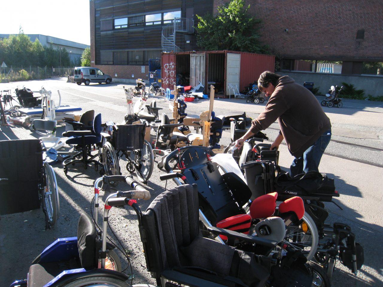 Carlos med utstyr til container nr 59