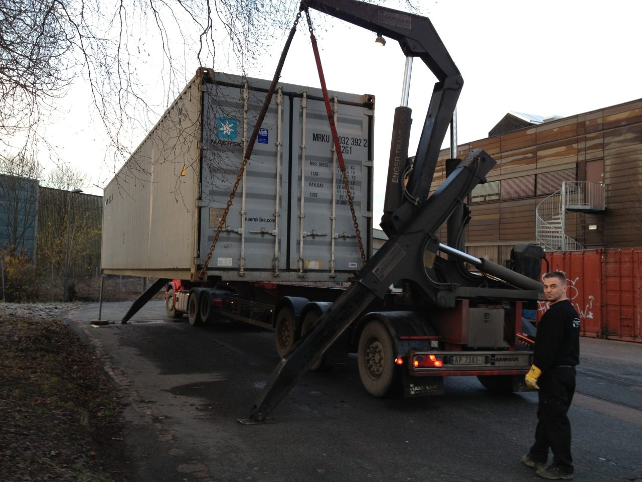 Container nr 60 er fylt opp og hentes. Den skal videre med båt fra Oslo.
