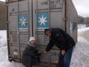 Marianne og Carlos forsegler container  nr 61