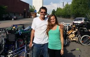 Padre e hija presentes en la carga del container.