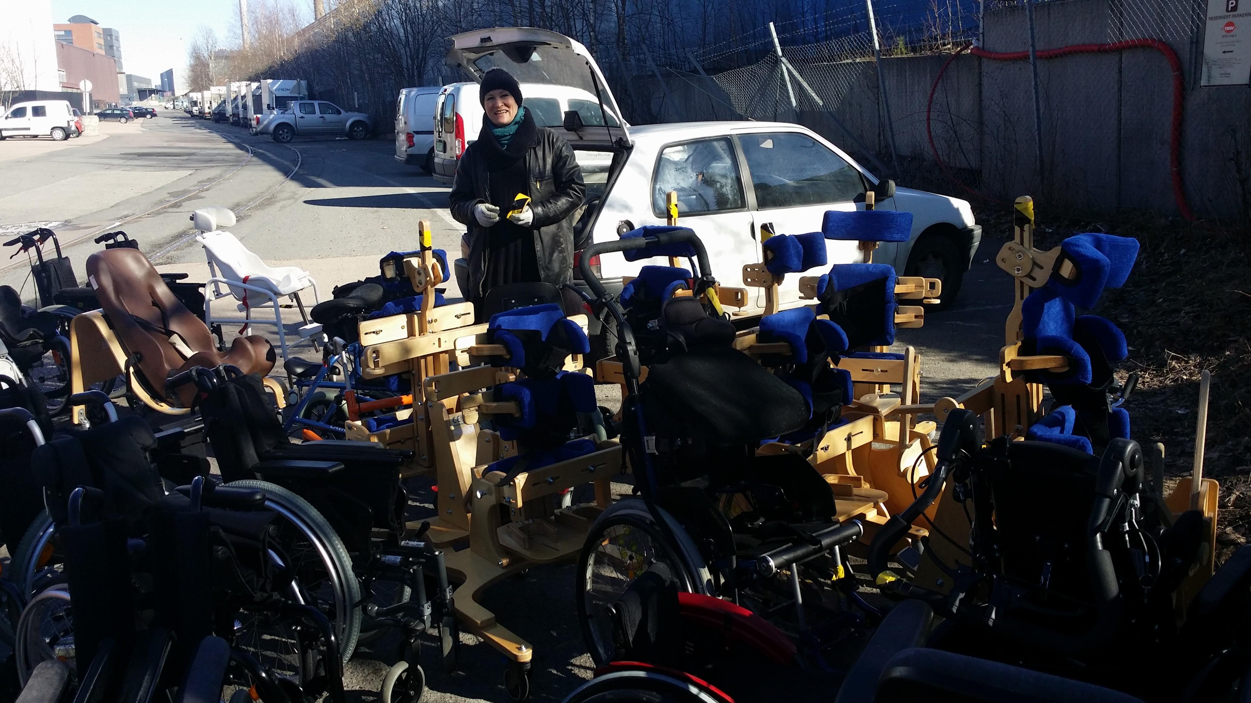 Marianne sjekker og merker utstyret fra NAV Hjelpemiddelsentral Oslo og Akershus