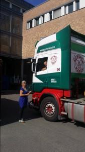 Stor bil og dyktig sjåfør må til for å levere og hente en container