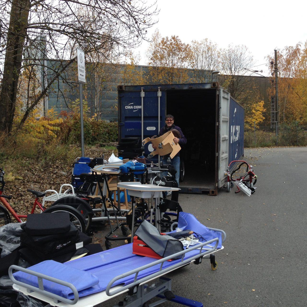 Det er plass til mye utstyr i en tolv meter lang container