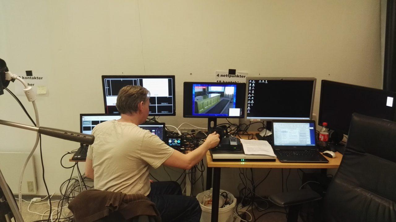 Bjørn Kleven (IKT) hadde full kontroll på det tekniske under videokonferansen