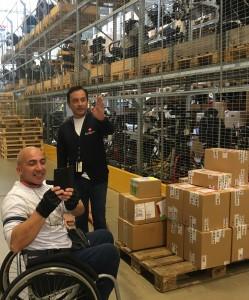 Alvaro Hernández Reyna og Kiddi Lokøen på lageret til hjelpemiddelsentralen