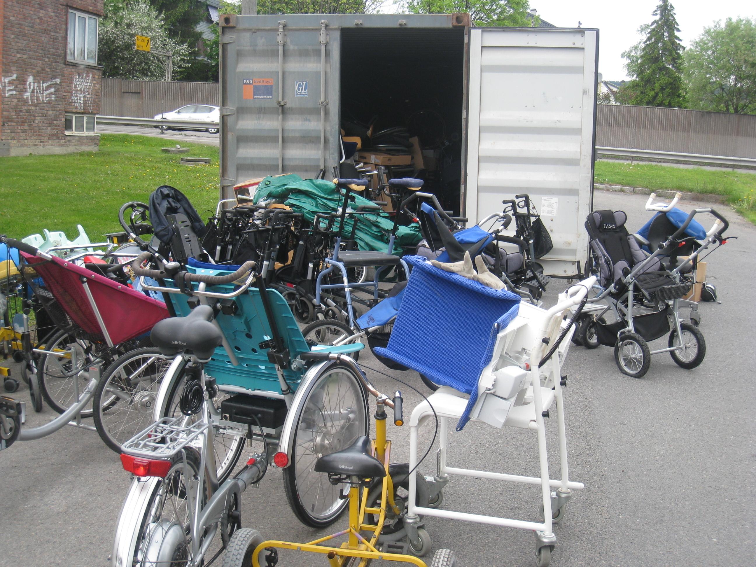 Utstyr på vei inn i containeren