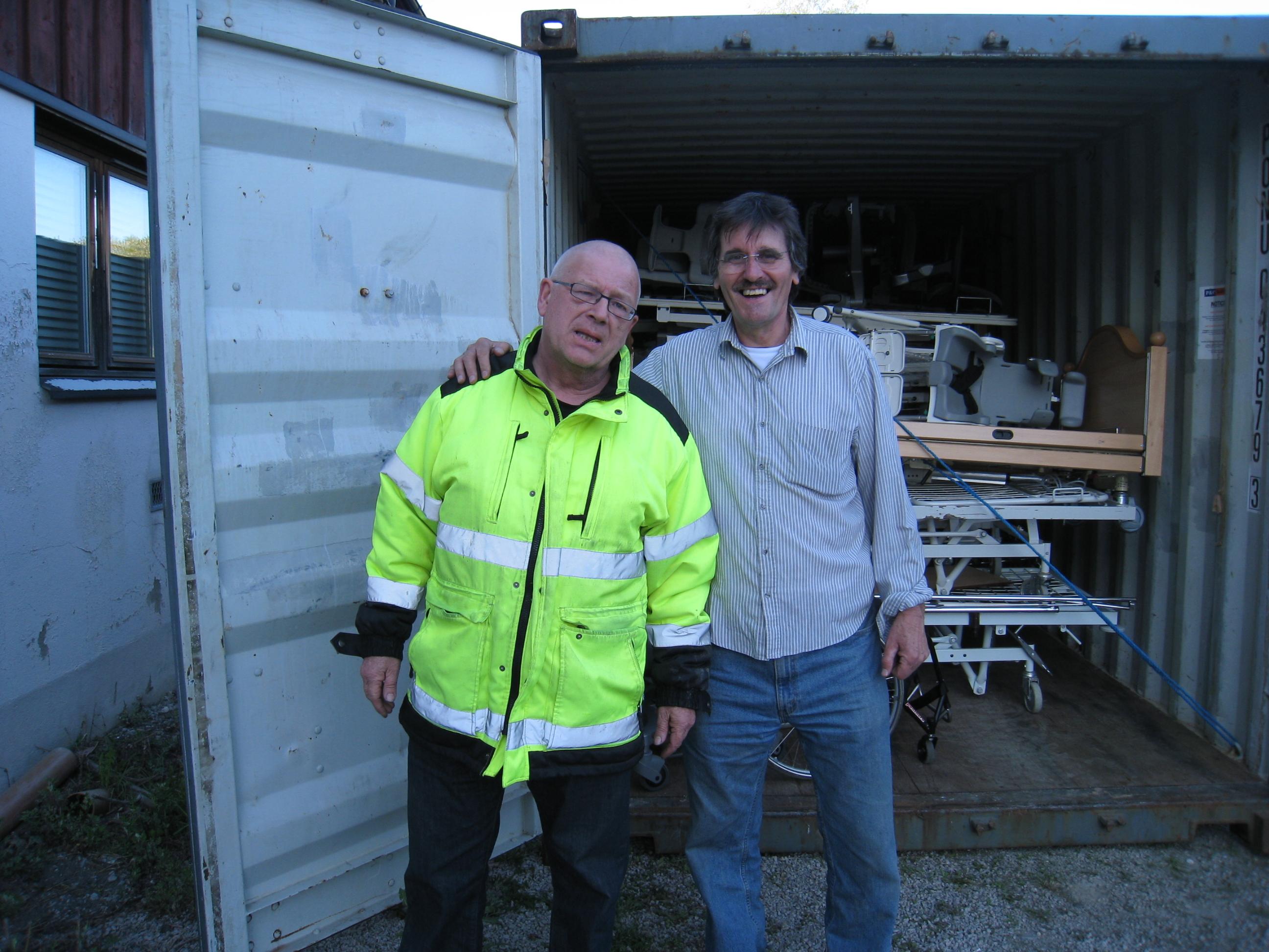 Arne Eri og Carlos Caballero ved full container