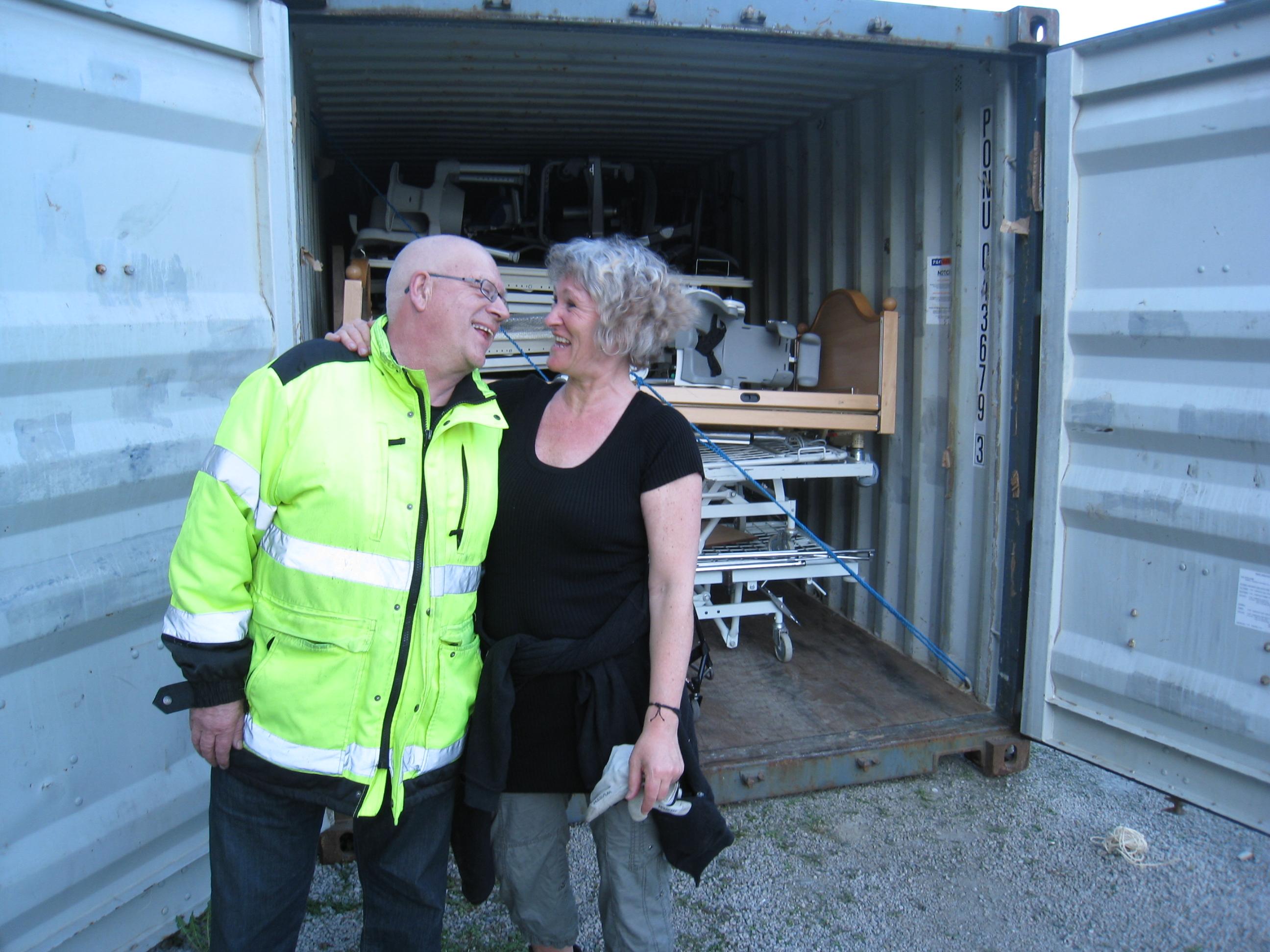 Arne Eri og Marianne Irgens Hagen ved full container