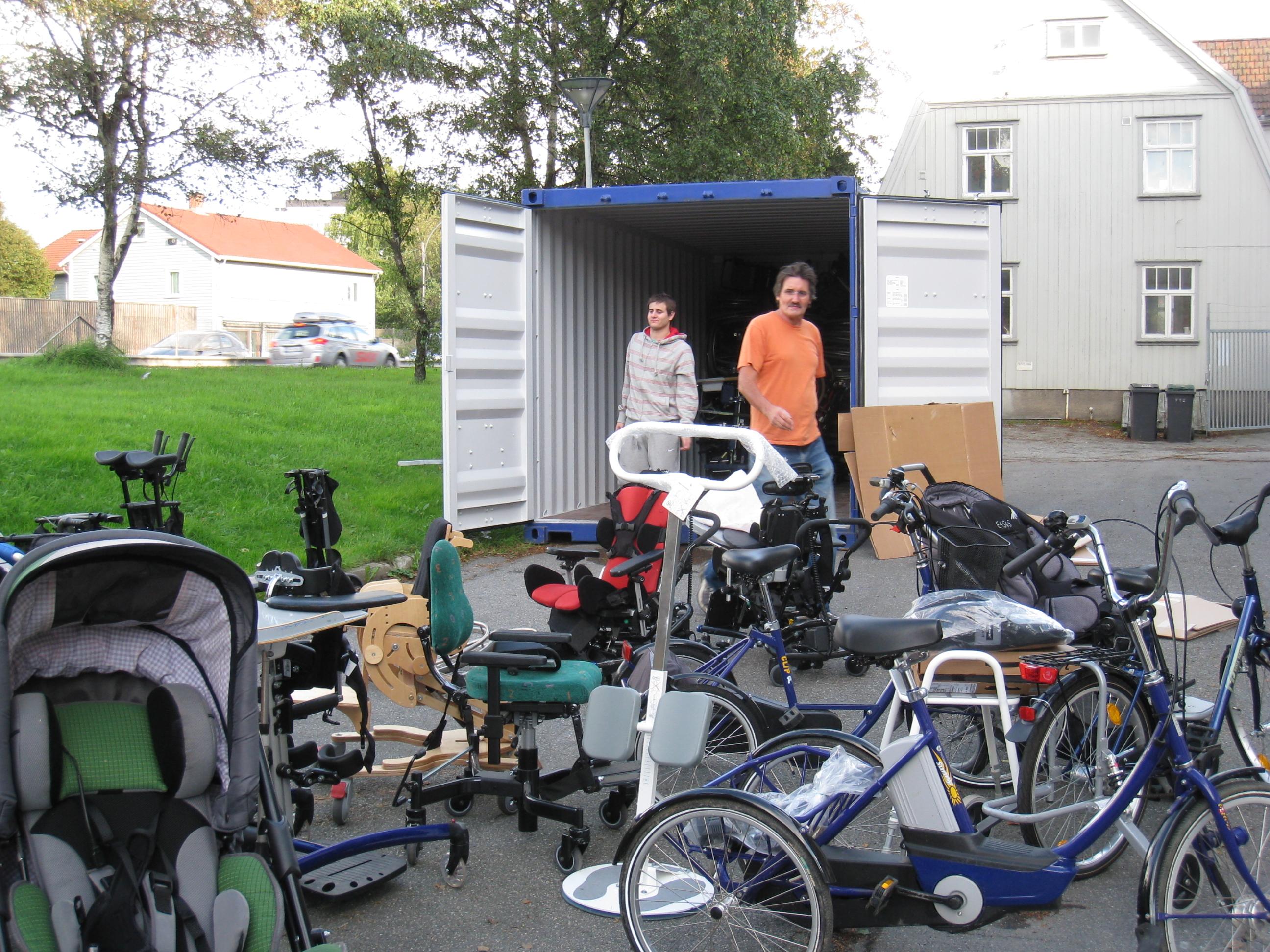 Andres og Carlos (sønn og far) laster utstyret inn i container nr 54