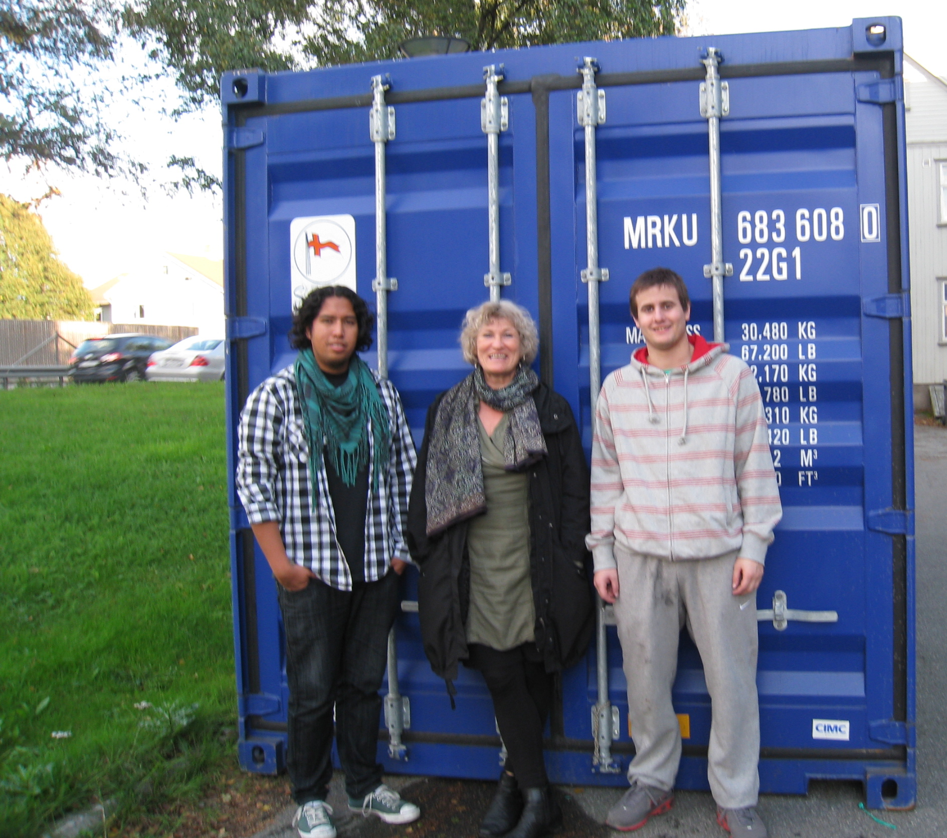David, Marianne og Andres foran forseglet container