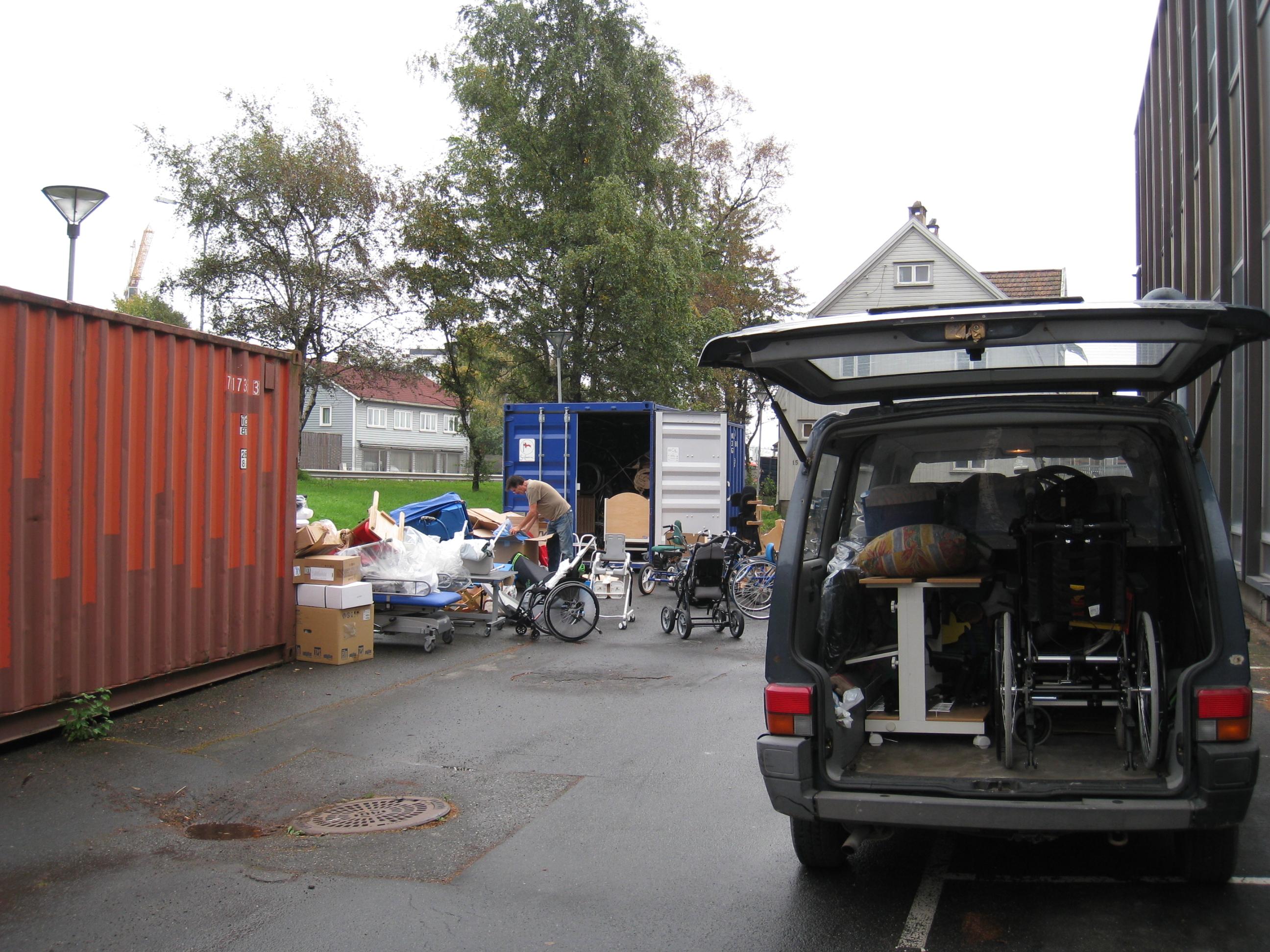 Utstyr fra lagringscontainer og bil skal inn i container nr 54