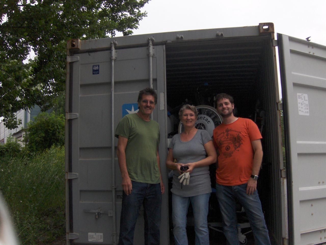 Carlos, Marianne og Daniel ved fullpakket container nr 58