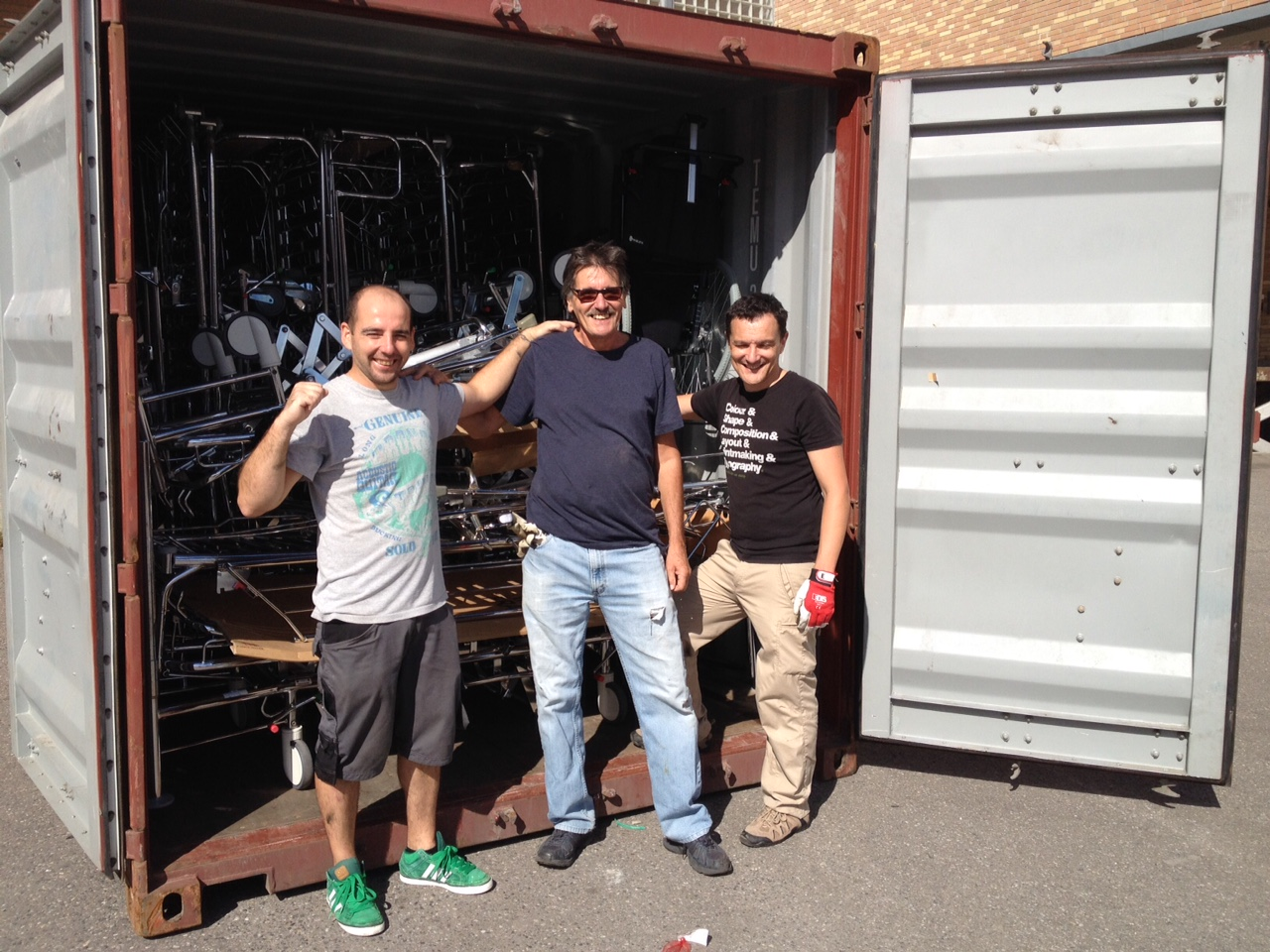 Leo, Carlos og Enrique foran container nr 78