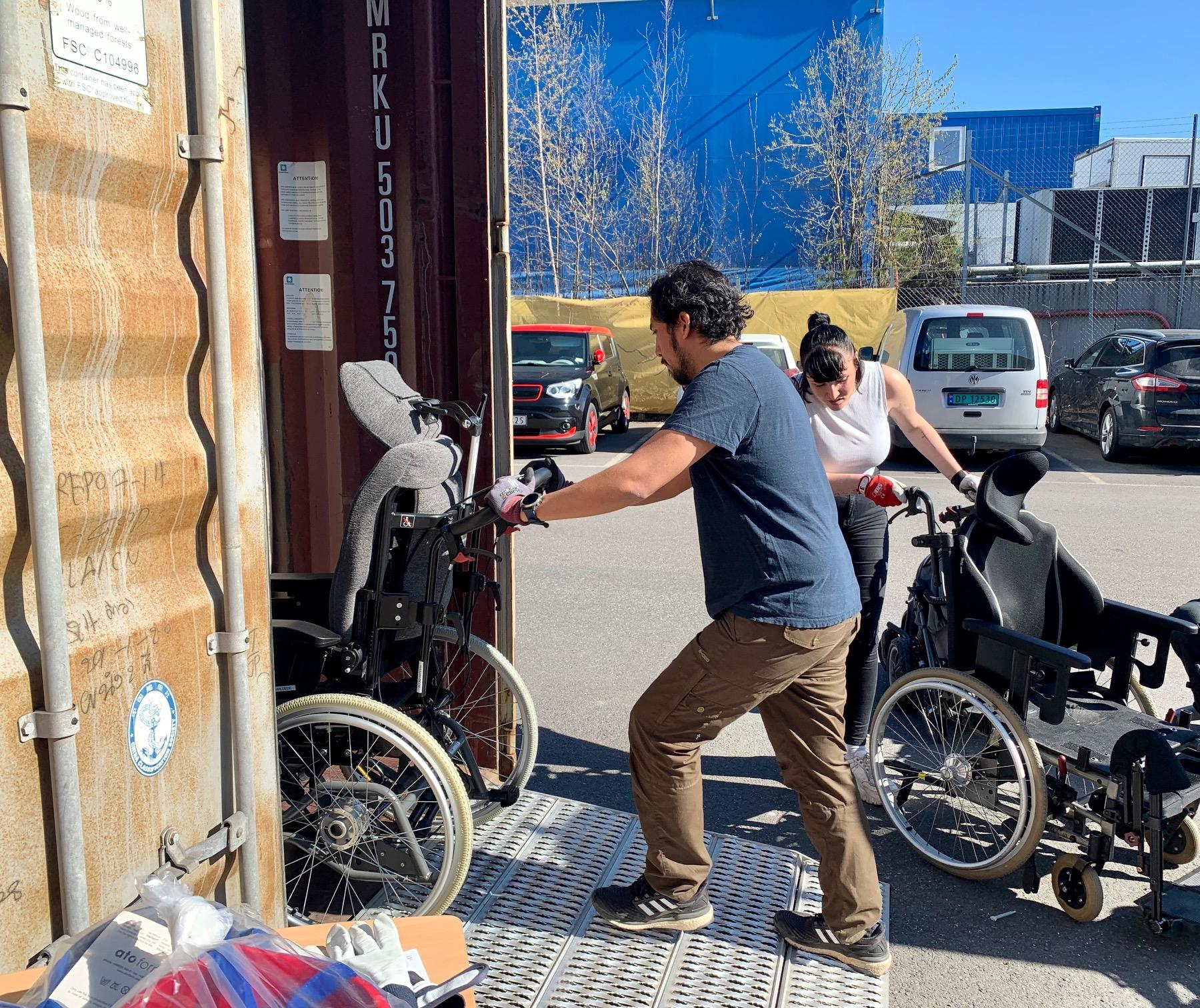 David og Kjerstin triller rullestoler inn i containeren