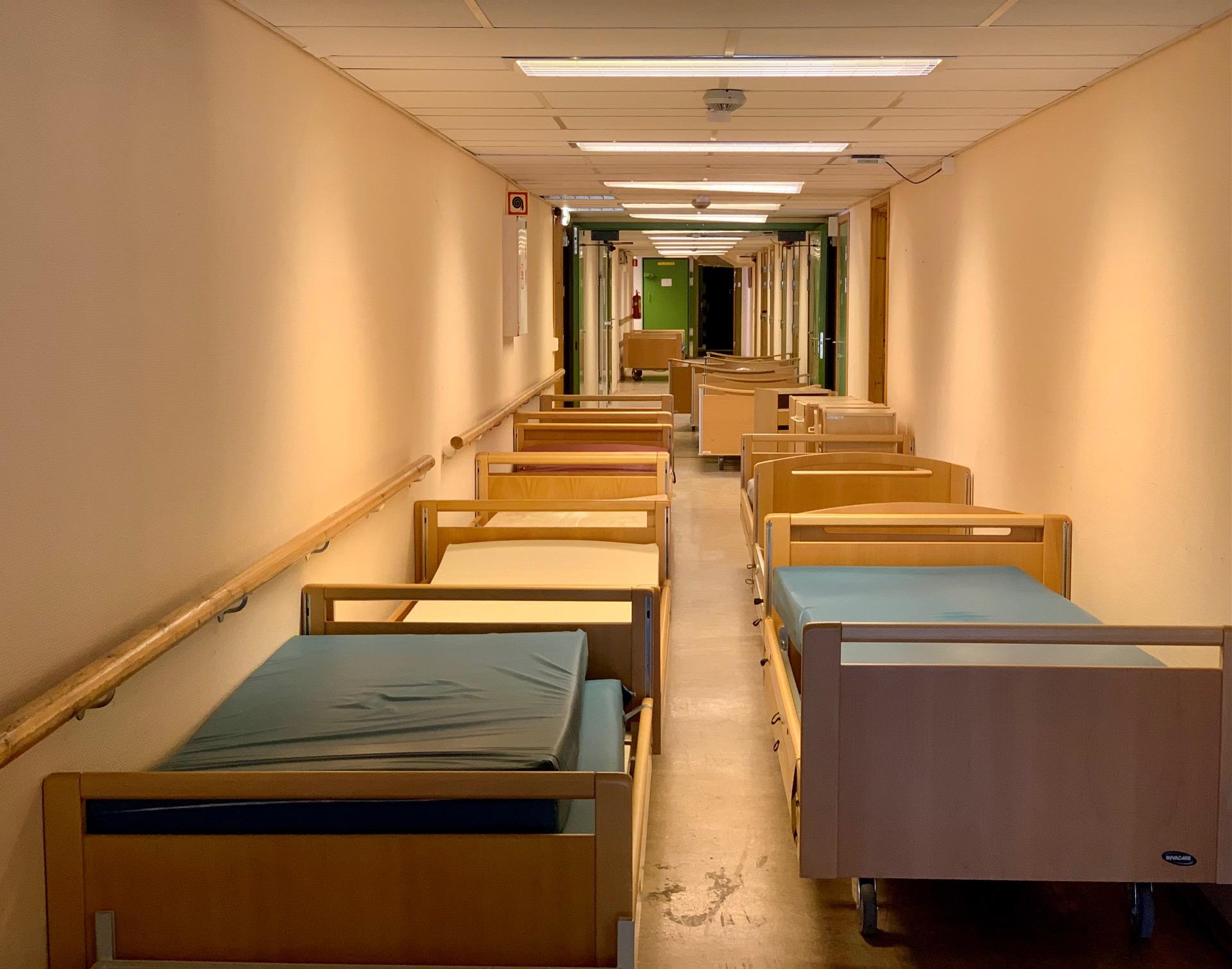 Mange senger i en korridor som skal sendes i container