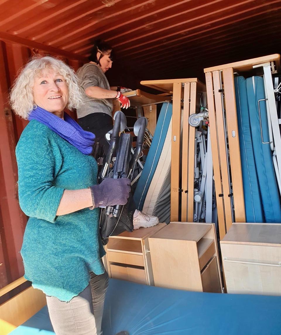 Marianne og Kjerstin pakker utstyr inn i container nr 138